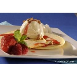 Pancake glace, noix de pecan et sirop de fraise