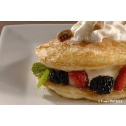 Mille feuilles de pancakes et fruits rouges