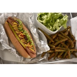 Classic hot dog pickles et moutarde